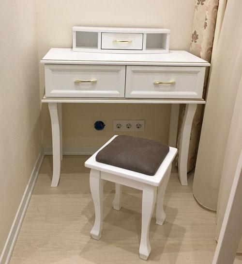 Дерев'яний туалетний столик